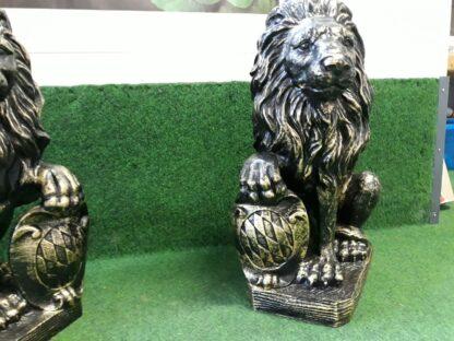 Leeuw staander voor op poort