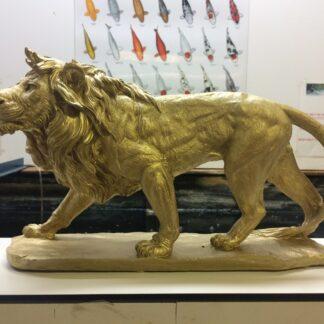 leeuw sluipend goud